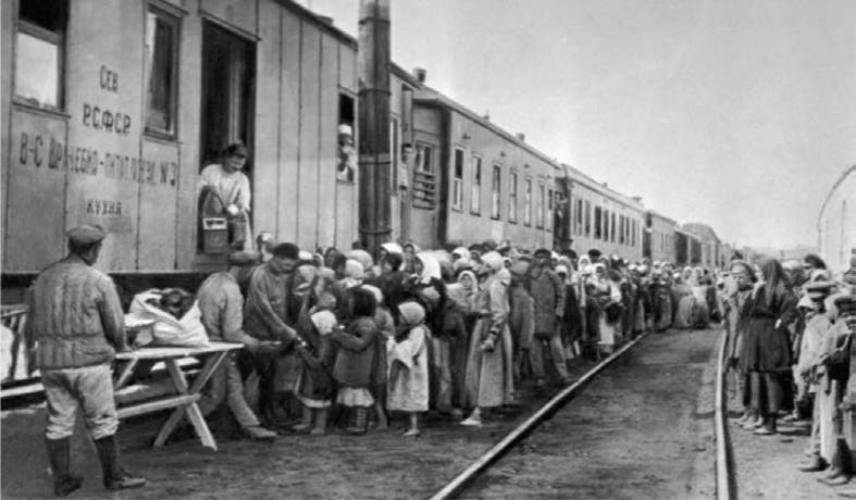 Очередь за обедом у врачебно-питательного пункта во время голода в России